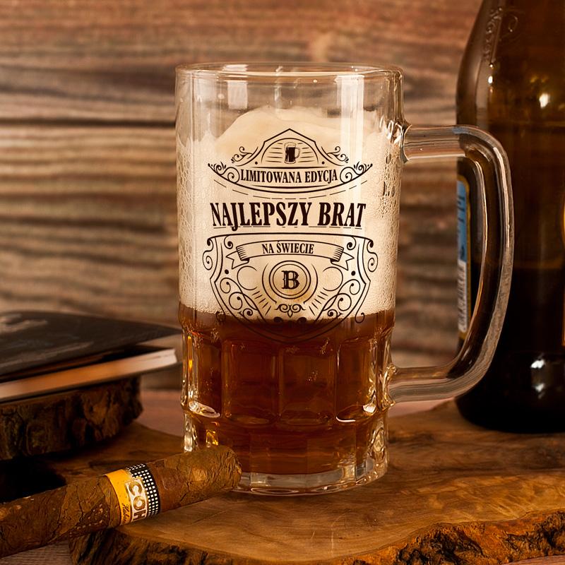 Szklany kufel do piwa z nadrukiem dla najlepszego brata oraz z napisem edycja limitowana i wieloma zdobieniami, o charakterze ornamentów.