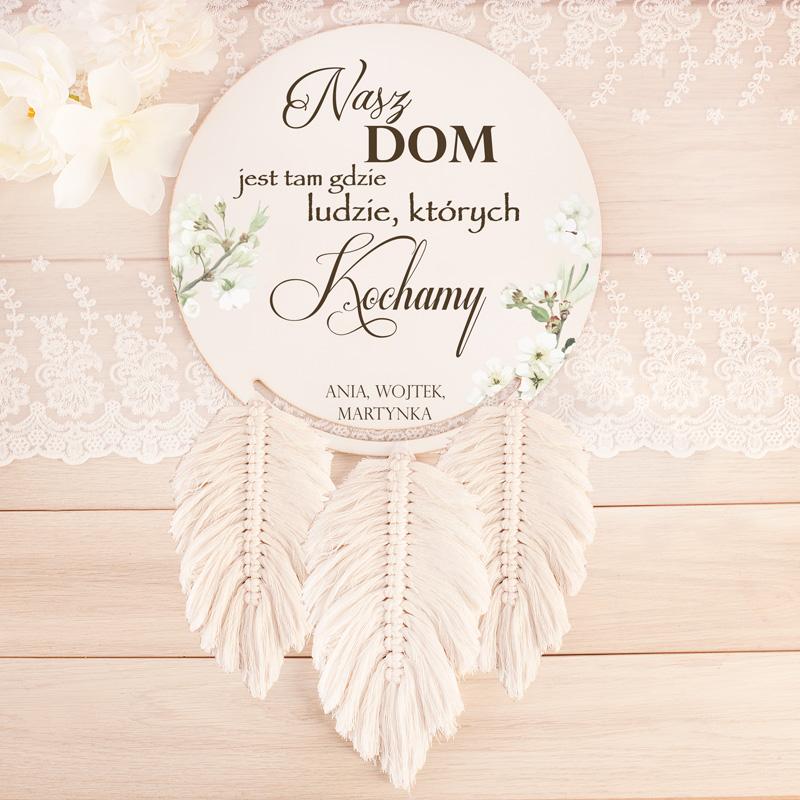 """Łapacz snów wykonany z drewna z imionami Pary oraz ozdobnym napisem """"Nasz dom jest tam, gdzie ludzie których kochamy"""" idealny prezent na ślub, rocznicę"""