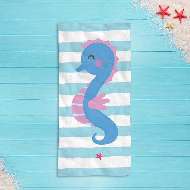 Miękki ręcznik plażowy dla dziecka z miejscem na imię oraz konikiem morskim.