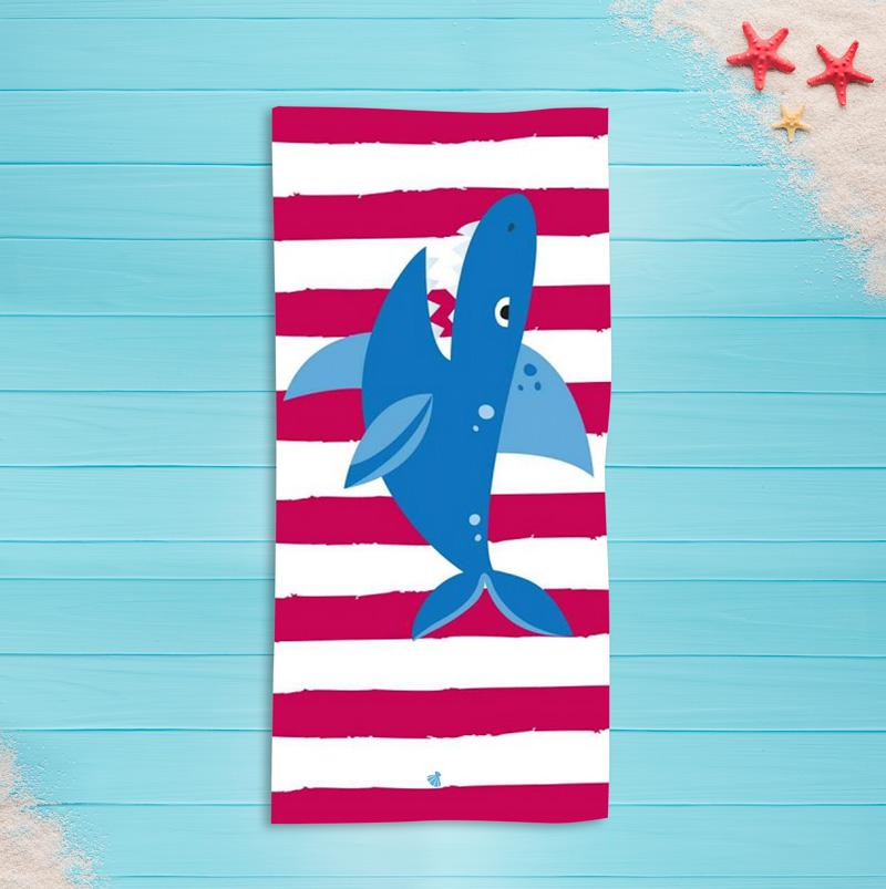 Ręcznik z imieniem dziecka i wielkim niebieskim rekinem na tle białych i czerwonych pasów.