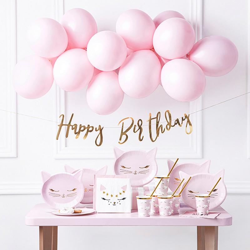 Dekoracje urodzinowe dla dziecka na przyjęcie z motywem kotka i dekoracji w białym i różowym kolorze.