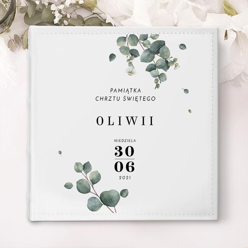 Personalizowany album na zdjęcia z białą okładką ze zdobieniem w gałązki eukaliptusa oraz dedykacją i datą.