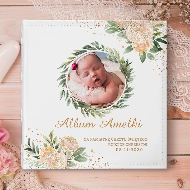 Personalizowany album na zdjęcia z ozdobną dedykacją, zdjęciem dziecka i napisem pamiątka chrztu.