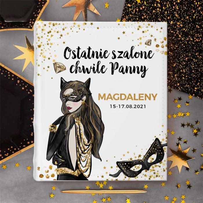Album na zdjęcia z personalizowaną okładką z nadrukiem z postacią kobiety kota oraz dedykacją z imieniem i datą imprezy.