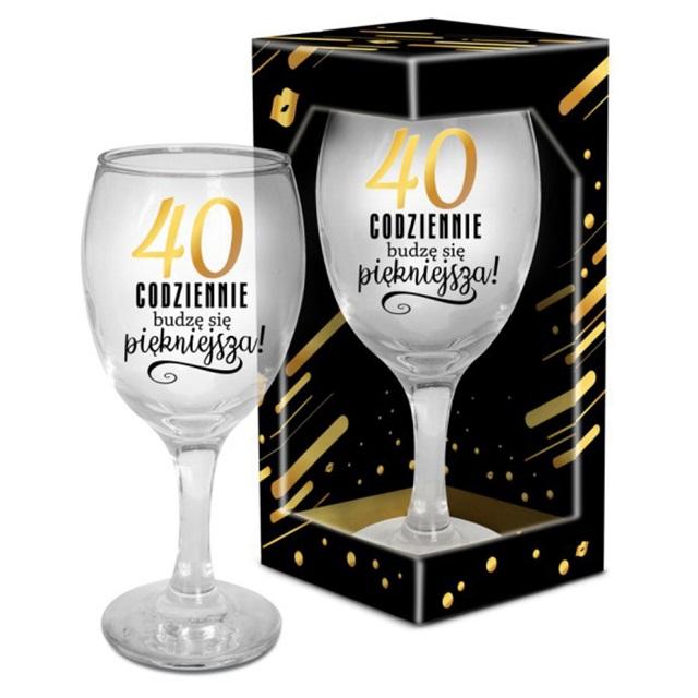 Kieliszek do wina prezent na 40 urodziny dla kobiety. Kieliszek do wina z dekoracyjnym napisem.