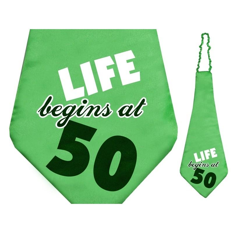 Krawat na gumce z napisem na 50 urodziny, wykonany z połyskującego materiału w zielonym kolorze.