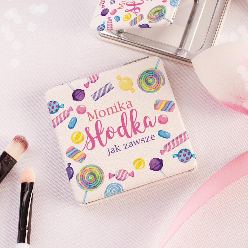 Lusterko w jasnej oprawie ze skóry z grafiką kolorowych cukierków i napisem Słodka jak zawsze