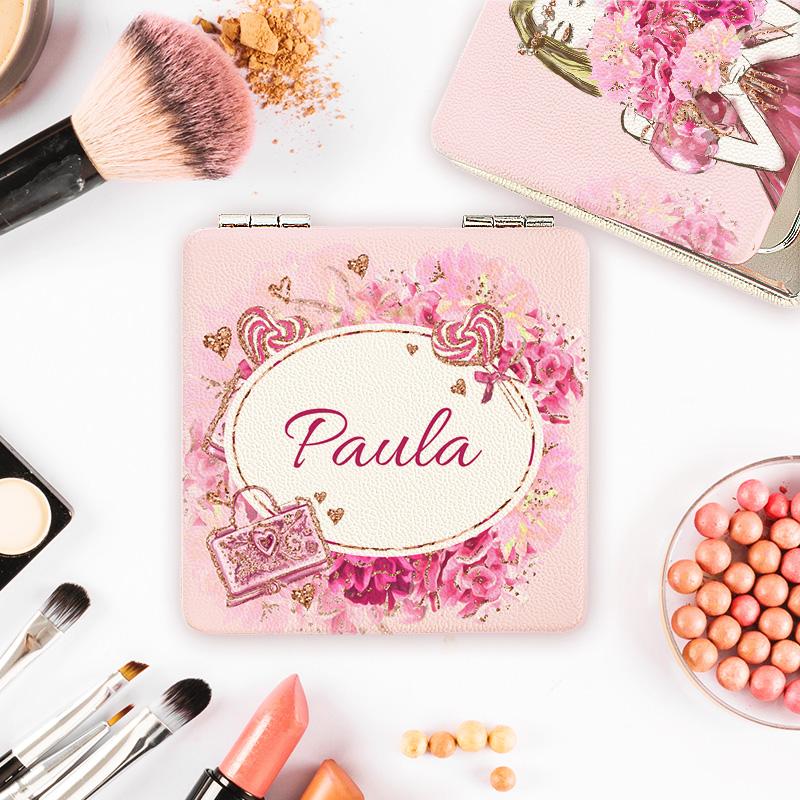 Lusterko obite w jasną skórę z grafiką kwiatową w kolorze różowym oraz imieniem