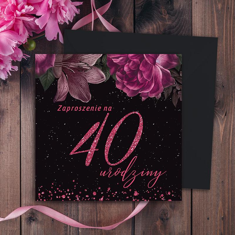 Czarne, kwadratowe zaproszenie na 40 urodziny z różowymi detalami i kwiatami. Zaproszenie leży na czarnej kopercie.