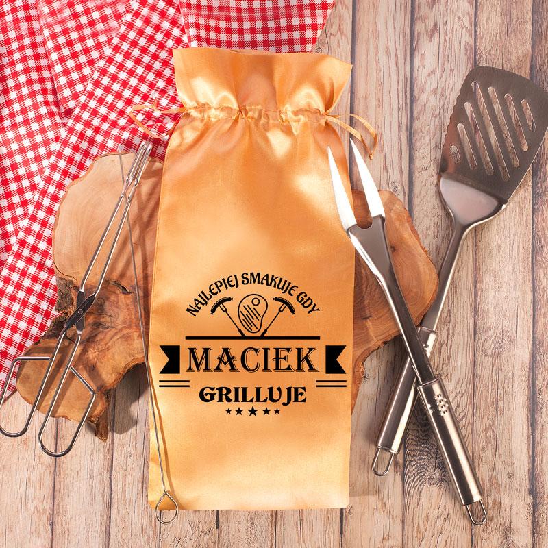 Zestaw narzędzi grillowych w satynowym, złotym woreczku z nadrukiem personalizowanym dla fana grillowania.