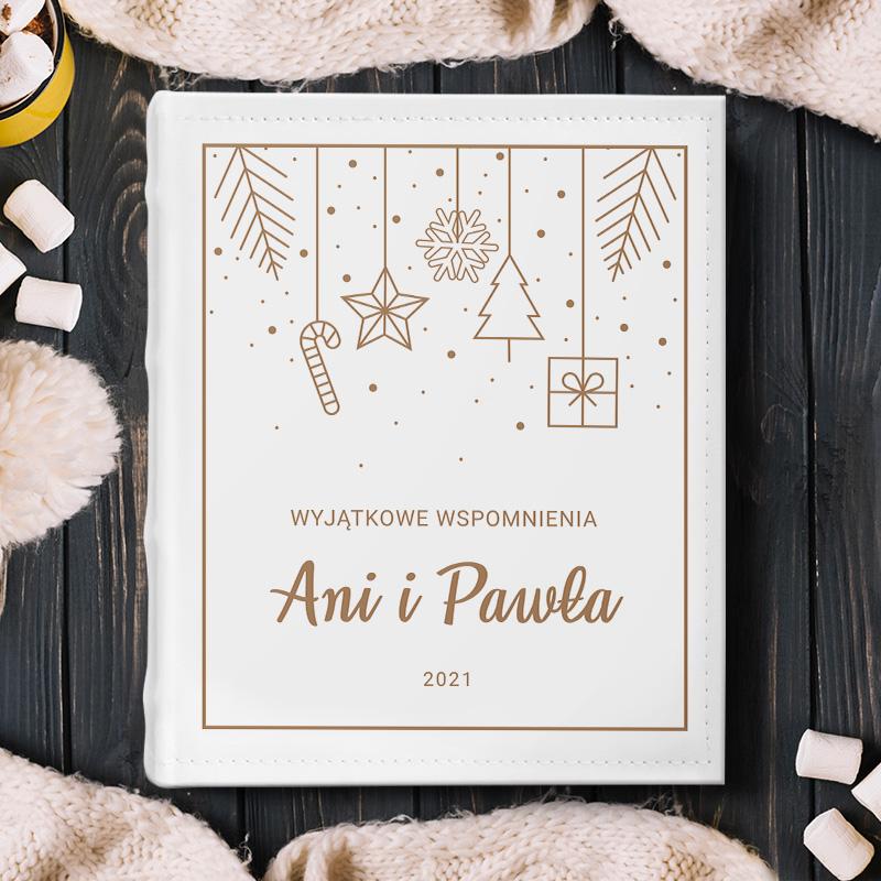 Personalizowany album świąteczny to wyjątkowy prezent. Okładka albumu jest w jasnej kolorystyce.