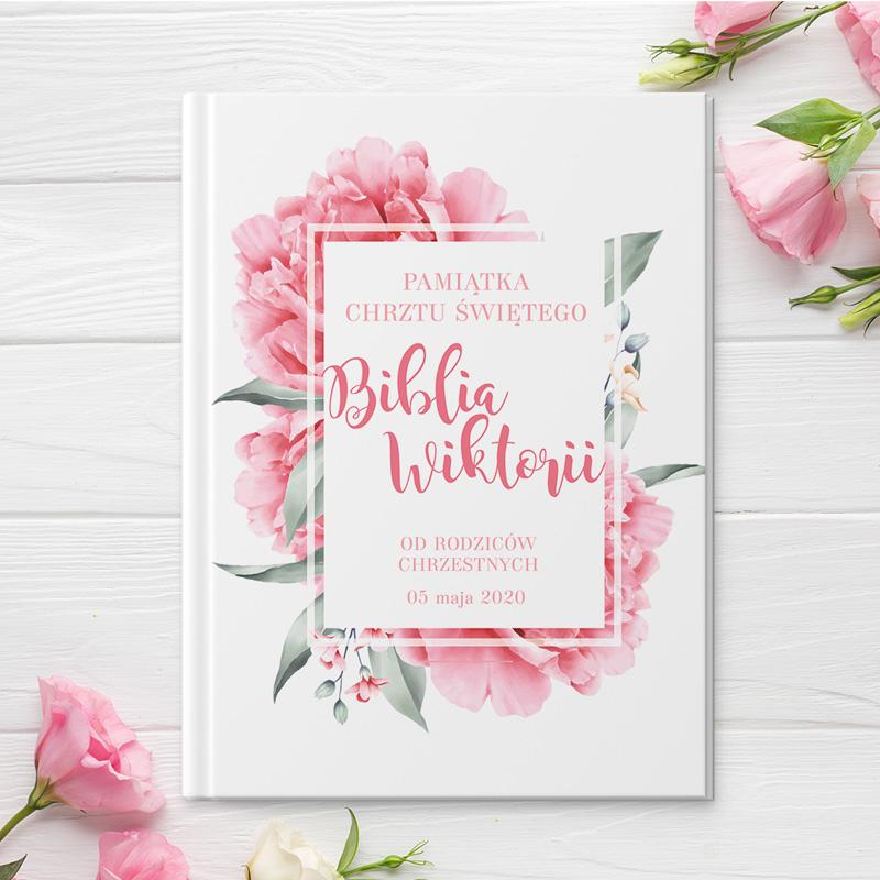 Biblia to piękny prezent na Chrzest Święty. Okładka Biblii jest personalizowana i posiada piękny kwiatowy motyw w różowej kolorystyce.