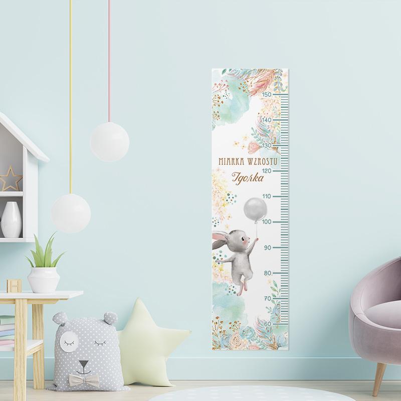 Kolorowa miarka wzrostu dziecka z cudownym zajączkiem z balonikami