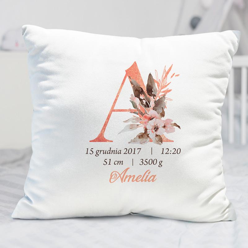 Personalizowana poduszka z metryczką i inicjałem, idealnie sprawdzi się jako prezent na narodziny.