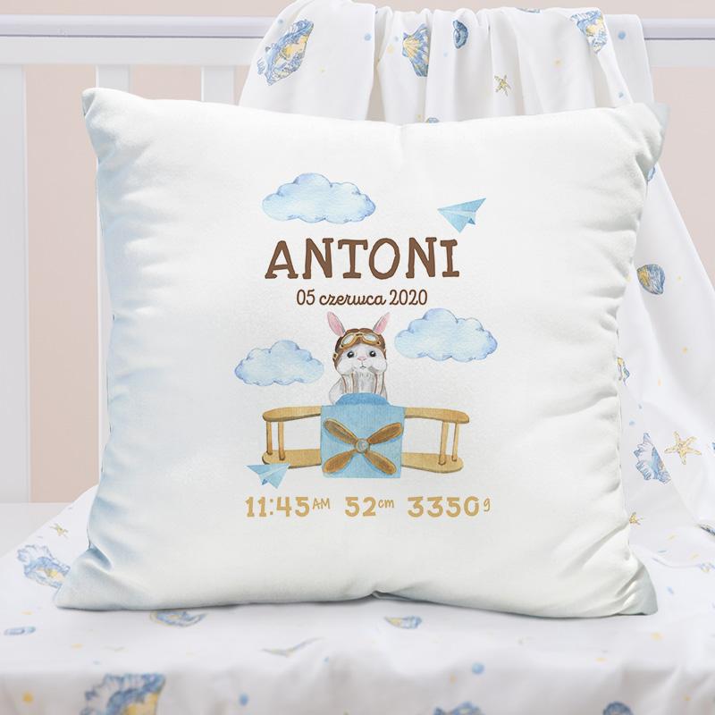 Personalizowana poduszka z metryczką, dekorowana jest grafiką z samolotem.