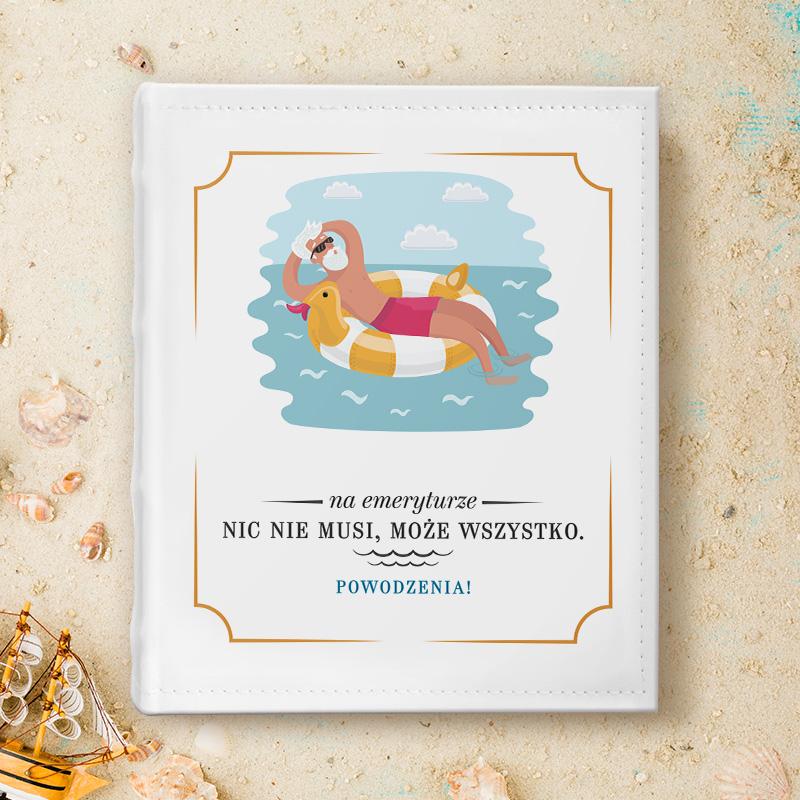 Zabawny album z kolorową okładką, na której jest postać starszego pana, który pływa w wodzie i się relaksuje. Poniżej tła z morzem jest miejsce na imię oraz podpis z dedykacją dla emeryta.