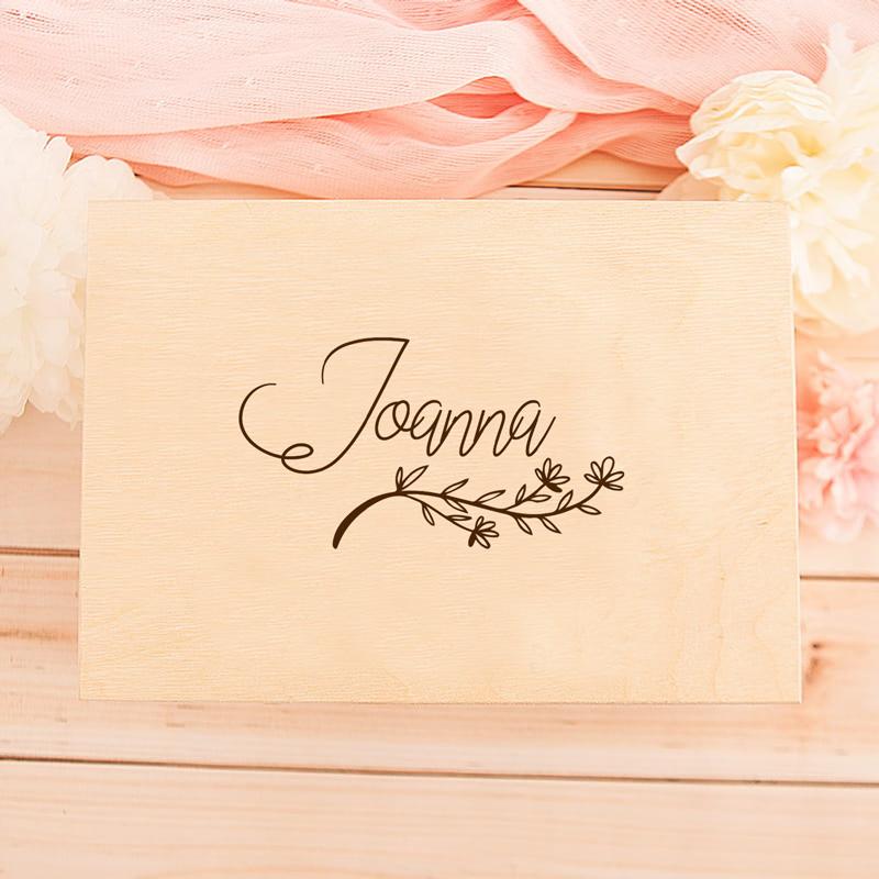 Nadruk na pudełeczko dekorowane delikatną gałązką i personalizacją w postaci imienia.