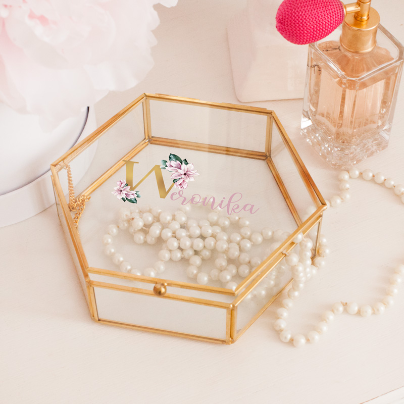 Personalizowana, szklana szkatułka na biżuterię z kwiatowym motywem.