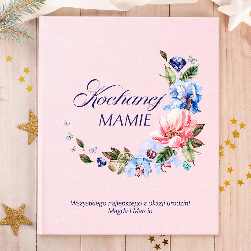 Album na zdjęcia z personalizowaną, różową okładką, na której znajdują się motywy kwiatowe z dedykacją dla mamy i podpisem.