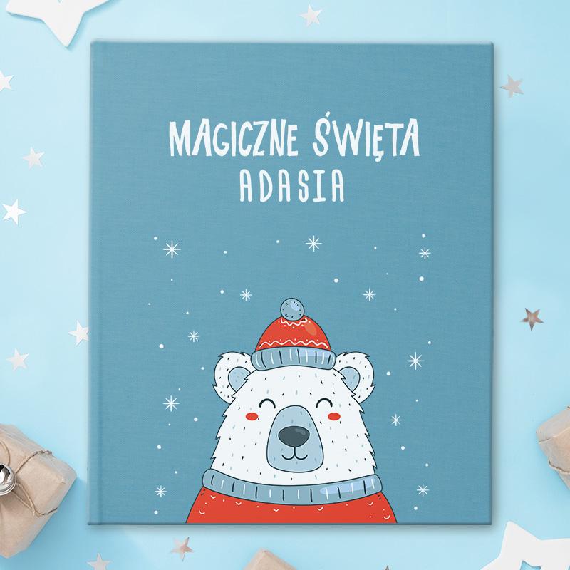 Album do wklejania zdjęć z nadrukiem na okładce w postaci misia polarnego w zimowym kubraczku i czapce oraz napisem magiczne święta z miejscem na imię dziecka.