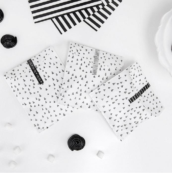 Papierowe torebki biało czarne z naklejkami na upominki dla gości