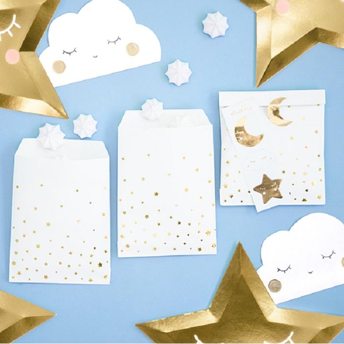 Papierowe torebki na słodycze w kolorze białaym ze złotymi gwiazdkami i naklejkami