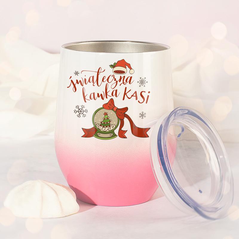 Personalizowany kubek termiczny w kształcie be\czułki, w biało-różowym kolorze i świątecznym napisem.