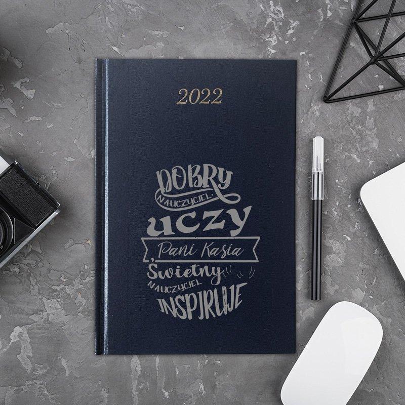 Kalendarz osobisty na rok 2022. Wykonany z wysokiej jakości materiału, posiada personalizowaną okładkę.