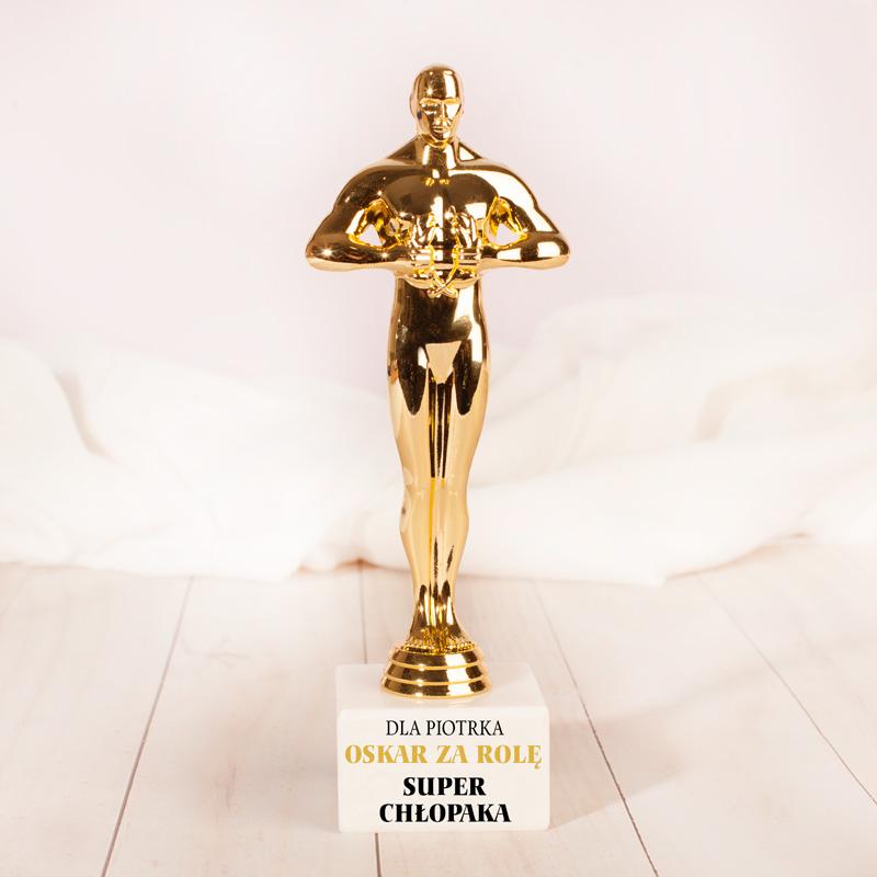 Złota statuetka na kamiennej podstawce z personalizowanym nadrukiem i napisem Za rolę super Chłopaka