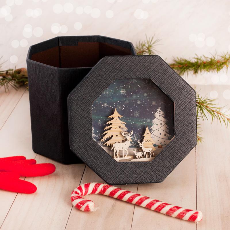 Ozdobne pudełko, ośmiokątne, z dekoracją na wieczku w postaci przestrzennej dekoracji z drewnianych zawieszek.