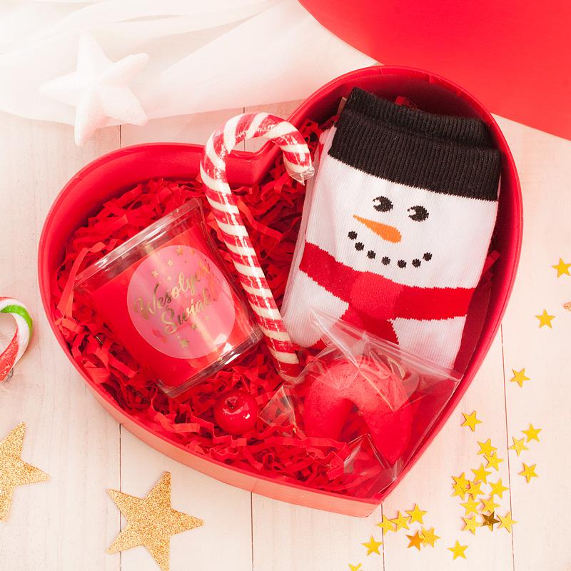 Zestaw świąteczny w czerwonym pudełku w kształcie serca.