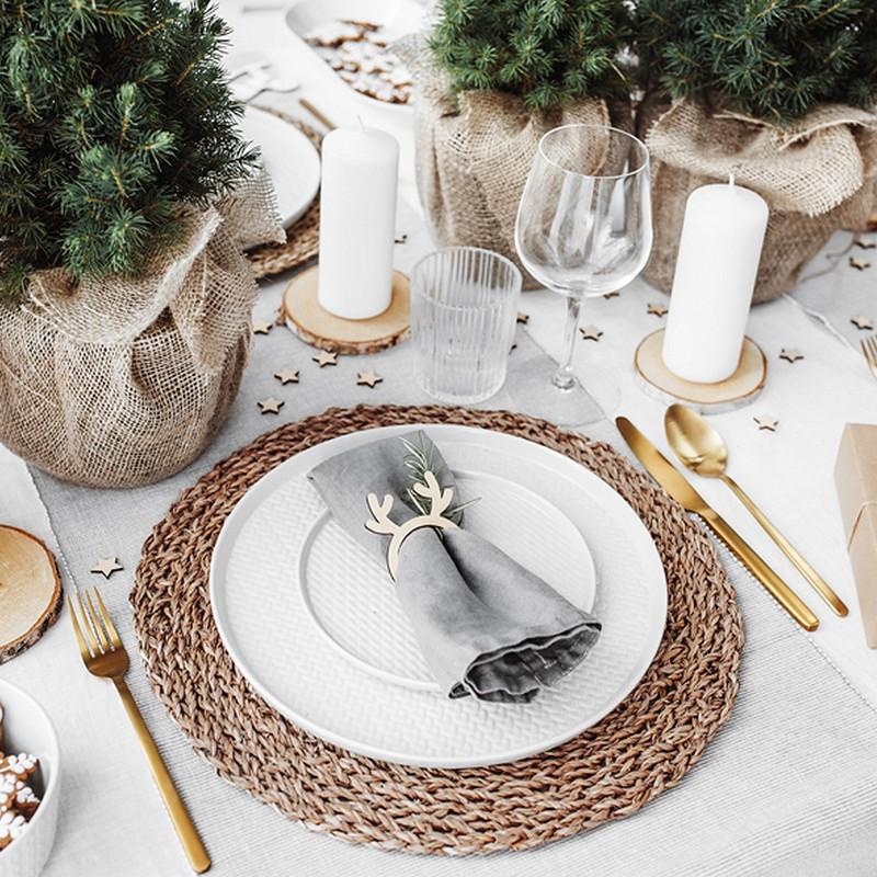 Drewniane obrączki na serwetki z dekoracyjnymi rogami renifera.