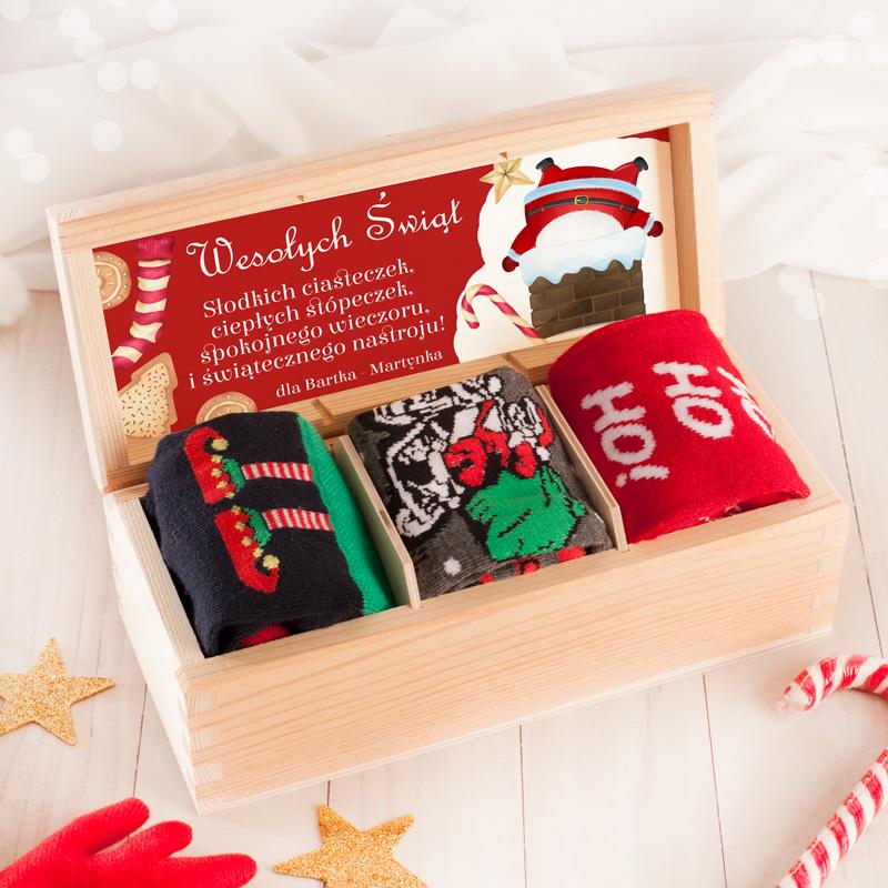 Zestaw prezentowy w postaci skarpetek ze świątecznym motywem.