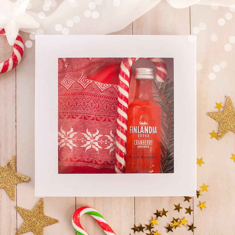 Zestaw świąteczny w pudełku w postaci skarpetek i cukrowej laski.