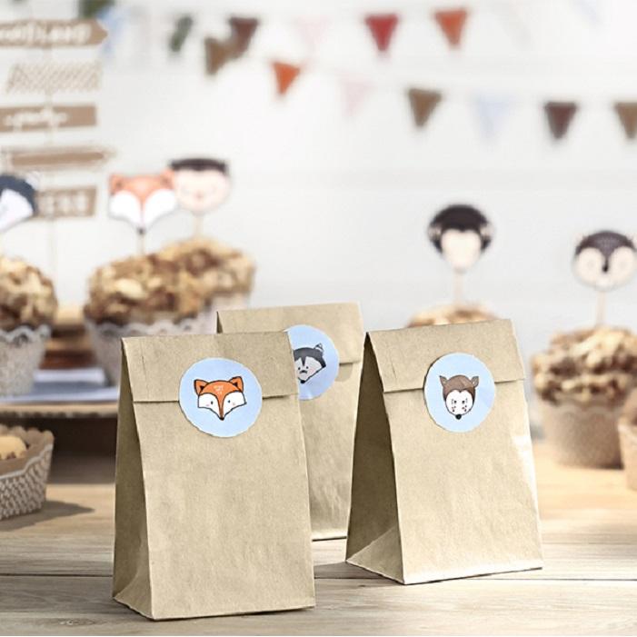 Papierowe torebki kraft na słodycze dla gości z naklejkami z leśnymi zwierzątkami