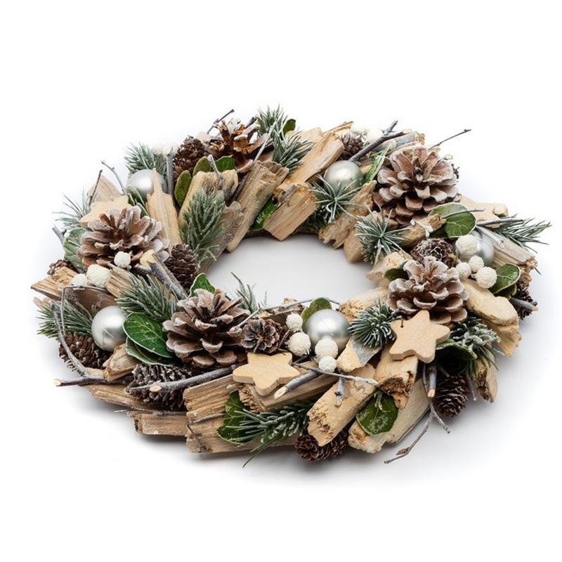 Ozdobny wieniec z elementami dekoracyjnymi, który idealnie nadaje się na stroik świąteczny lub świecznik. Na wianku znajdują się szyszki, drewienka i błyszczące aplikacje zdobnicze.