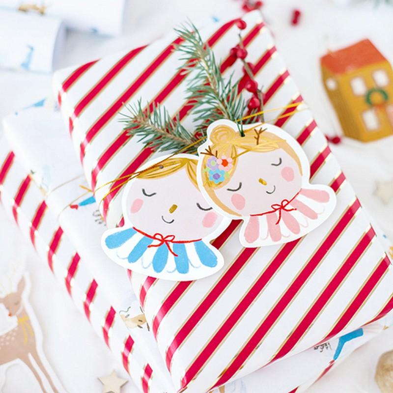 Kolorowe dekoracje świąteczne w postaci tematycznych zawieszek, które można przewiązać wokół zapakowanego prezentów na złotym sznurku, który jest częścią zestawu.