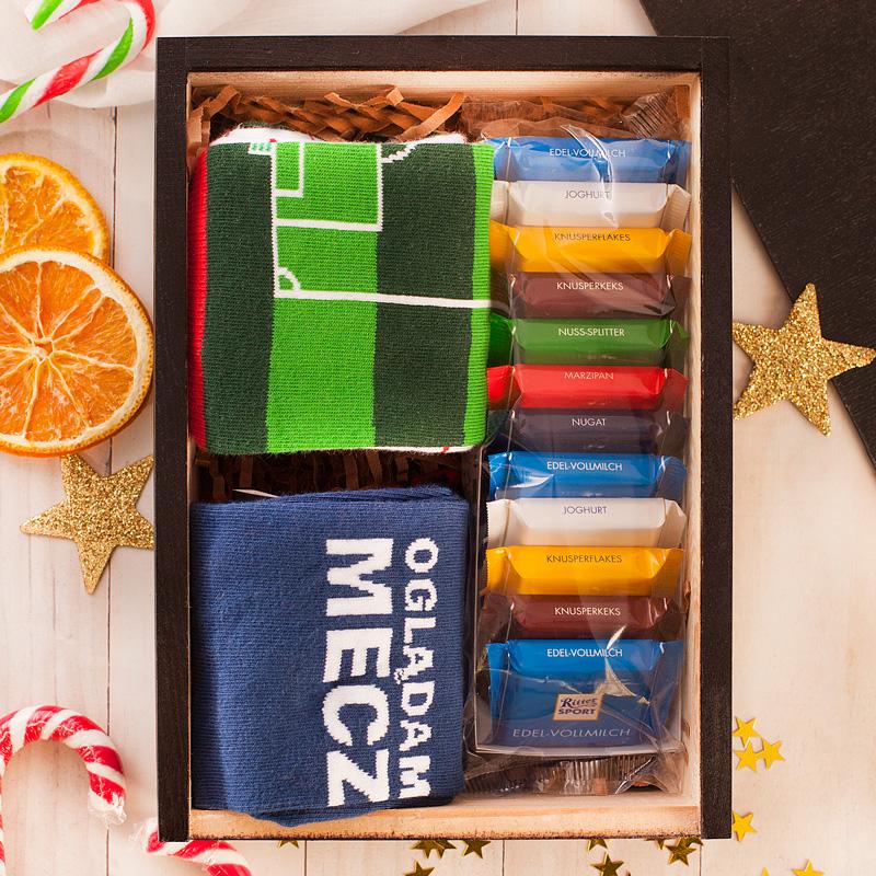 Pudełko z wieczkiem, w którym znajdują się skarpetki i czekoladki. Na wieczku pudełka umieścimy Twój tekst.