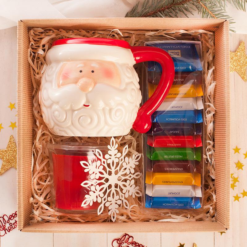 Świąteczny zestaw w postaci kubka, czekoladek i świeczek to piękny prezent na Święta Bożego Narodzenia.