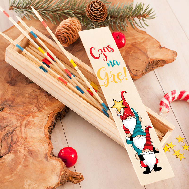 Gra towarzyska Mikado w podłużnym etui z kolorowym,. świątecznym nadrukiem ze skrzatami i napisem Czas na Grę.