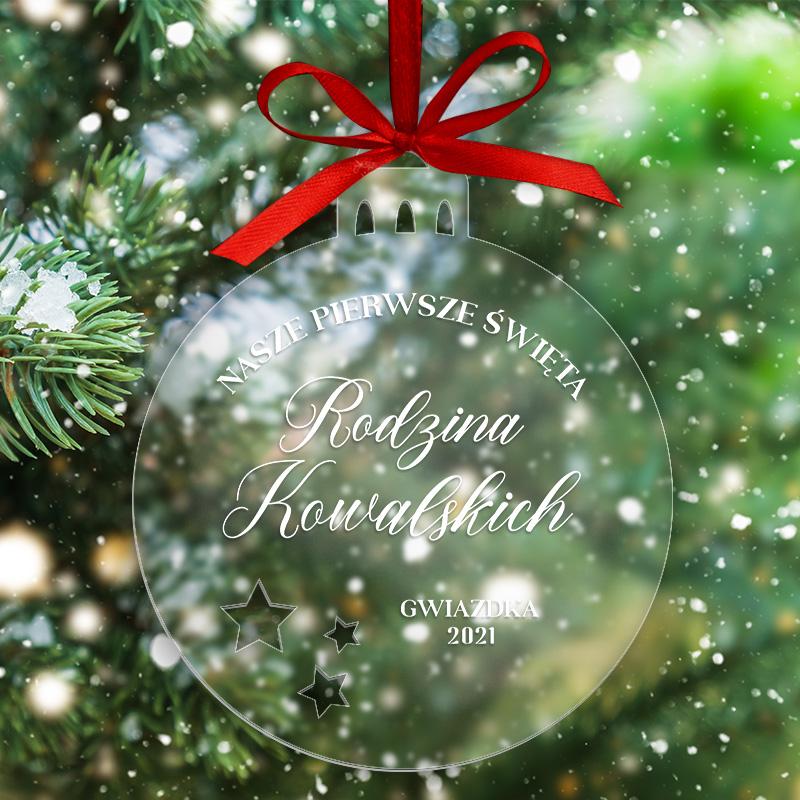 Bombka transparentna z akrylu. Na przodzie jest świąteczny napis z Twoją dedykacją. Pomysł na prezent dla rodziny, dziadków i rodziców.