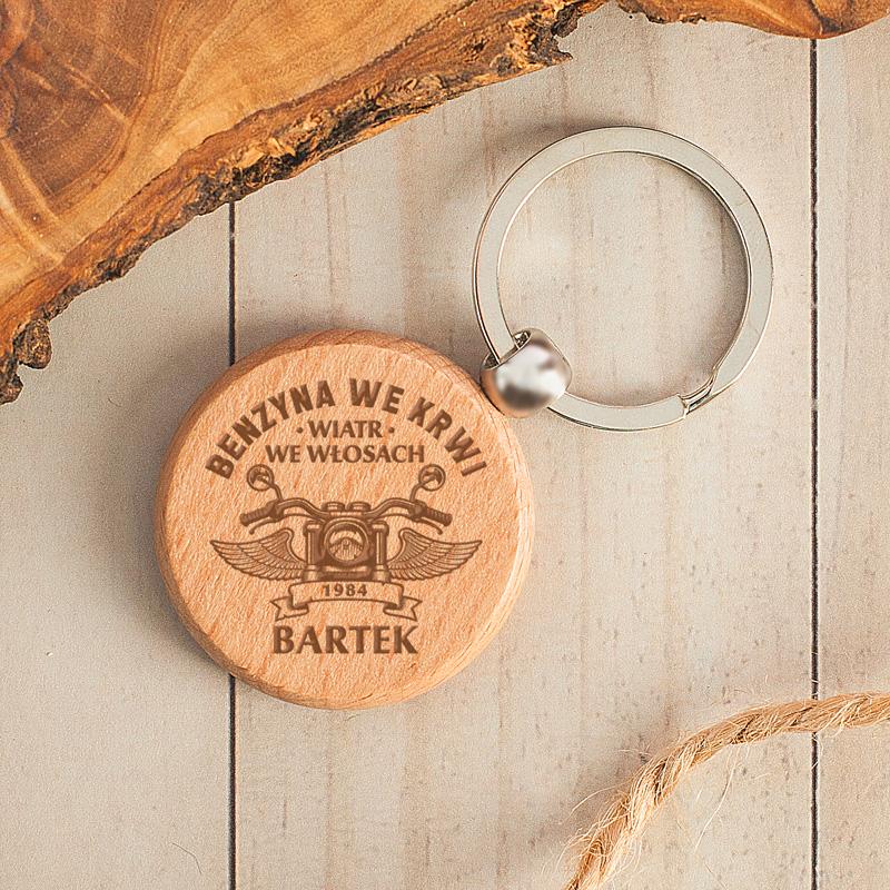 Brelok drewniany okrągły z miejscem na Imię. Idealny gadżet dla motocyklisty.