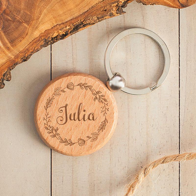 Personalizowany brelok drewniany, okrągły dla kobiety.