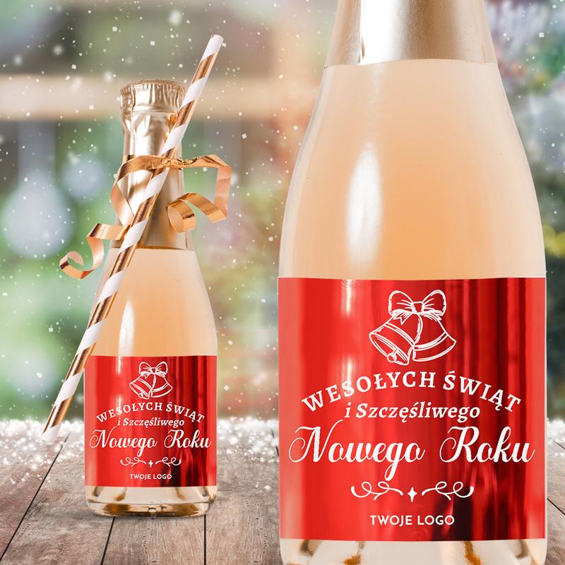 Etykiety na mini szampany z logo firmy. Etykieta ma metaliczny, czerwony kolor z białymi życzeniami i rysunkiem dzwoneczków świątecznych. Super dodatek do upominków dla pracowników.