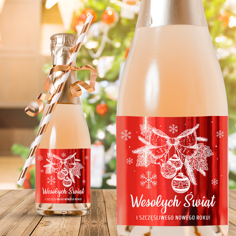 Etykiety na mini szampany z metalicznym połyskiem oraz grafiką którą jest zimowa gałązka z dekoracjami i napisem Wesołych Świąt.