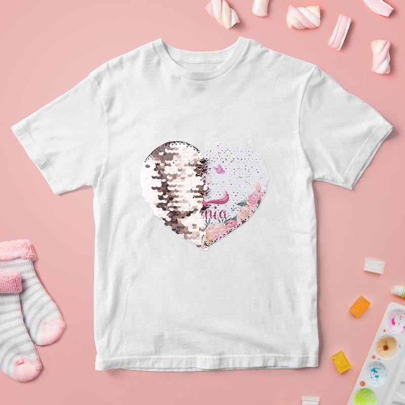 Biała koszulka z cekinami odwracanymi w formie serca z grafiką jednorożca i imieniem dziecka po drugiej stronie