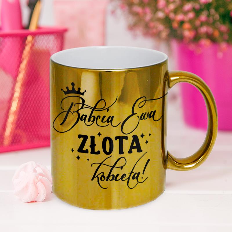 Złoty kubek z napisem, który zawiera imię i napis Babcia Złota Kobieta