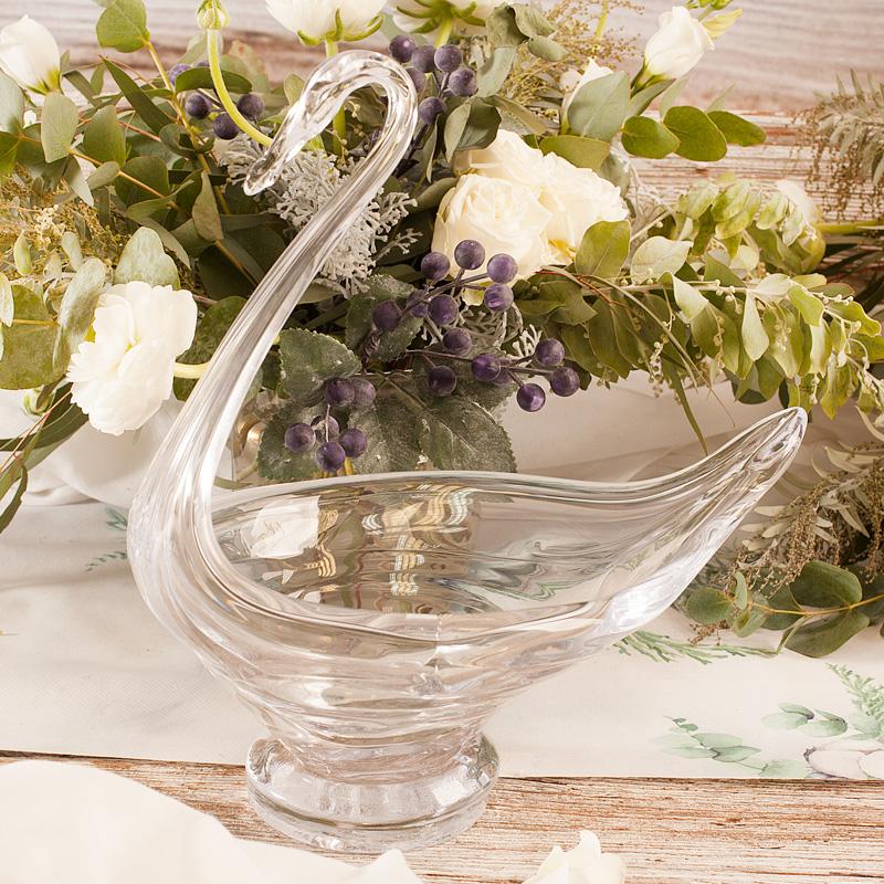 Szklany łabędź to piękna dekoracja na stół. Idealnie sprawdzi się jako ozdoba podczas wielu przyjęć.