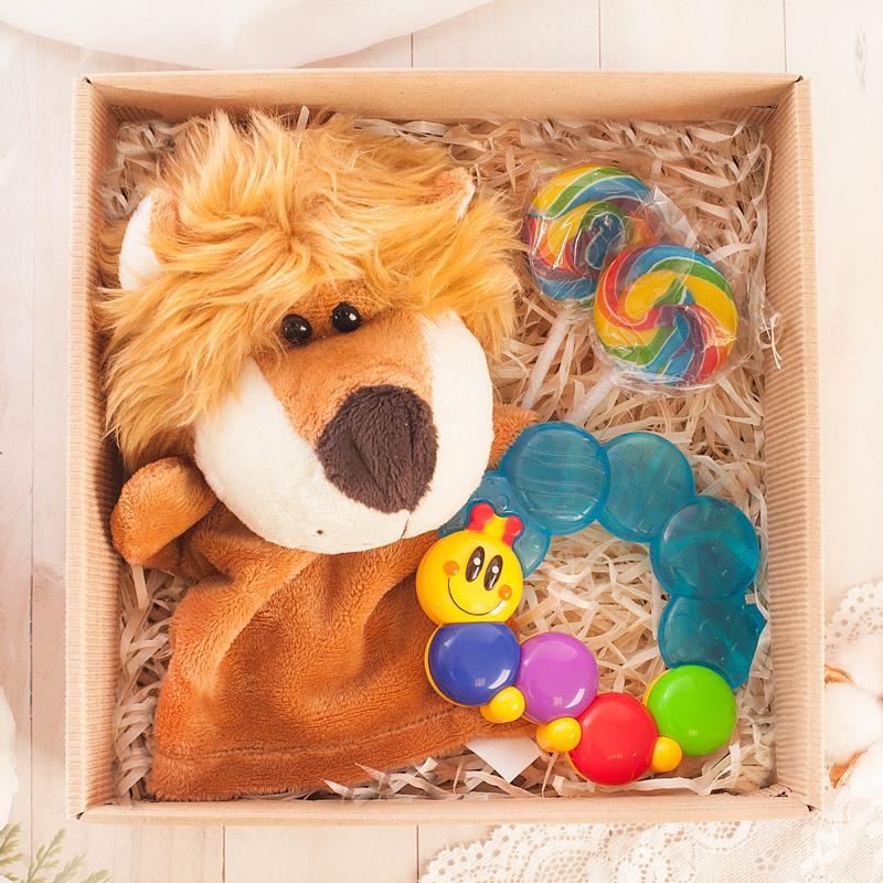 Zestaw prezentowny dla dziecka z maskotką w kształcie lwa oraz grzechotką