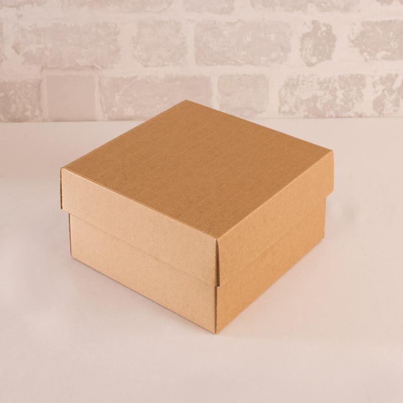 Pudełko brązowe z tektury falistej z wieczkiem. Opakowanie na prezent